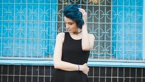 Красивая маленькая девочка с голубыми волосами Она как раз изменила изображение акции видеоматериалы
