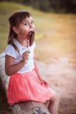 Красивая маленькая девочка с конфетой стоковая фотография rf