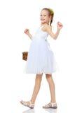 Красивая маленькая девочка с корзиной в ее руке Стоковое Изображение