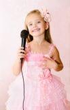 Красивая маленькая девочка с микрофоном в платье принцессы Стоковое фото RF