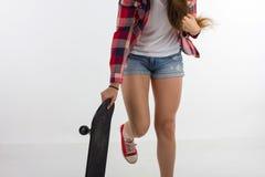 Красивая маленькая девочка с скейтбордом Стоковые Фото