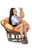 Красивая маленькая девочка с щенком чау-чау Стоковые Изображения RF