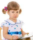 Красивая маленькая девочка читая книгу. Стоковые Изображения