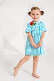 Красивая маленькая фотомодель на белой предпосылке студии Портрет милой девушки представляя в студии Стоковые Фото