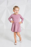 Красивая маленькая фотомодель на белой предпосылке студии Портрет милой девушки представляя в студии Стоковая Фотография RF