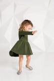 Красивая маленькая фотомодель на белой предпосылке студии Портрет милой девушки представляя в студии Стоковое Фото