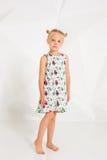 Красивая маленькая фотомодель на белой предпосылке студии Портрет милой девушки представляя в студии Стоковые Изображения