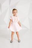 Красивая маленькая фотомодель на белой предпосылке студии Портрет милой девушки представляя в студии Стоковая Фотография