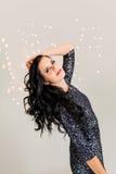 Красивая мечтательная женщина с танцами платья яркого блеска Стоковые Изображения