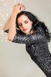 Красивая мечтательная женщина с танцами платья яркого блеска стоковые фото