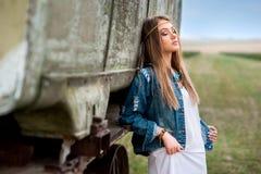 Красивая мечта девушки воодушевленностей boho около трейлера в поле Стоковое Фото