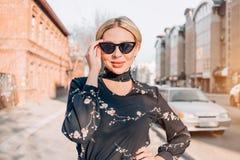 Красивая милая белокурая модель в платье представляя в городе стоковая фотография rf