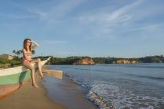 Красивая милая женщина сидя на шлюпке на пляже в Weligama стоковые изображения rf