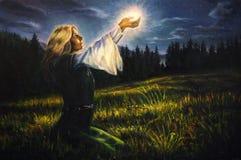Красивая мистическая молодая женщина в зеленом изумрудном средневековом платье i Стоковые Изображения