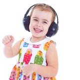 Красивая милая счастливая маленькая девочка с наушниками стоковая фотография