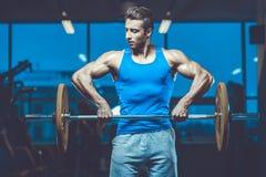 Красивая модельная разминка молодого человека в спортзале Стоковая Фотография