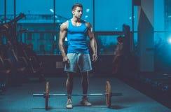 Красивая модельная разминка молодого человека в спортзале Стоковые Изображения RF