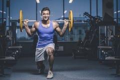 Красивая модельная разминка молодого человека в спортзале Стоковое Изображение