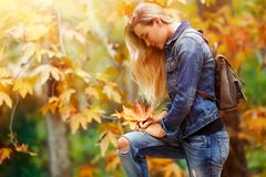 Красивая модель в парке осени Стоковое Изображение