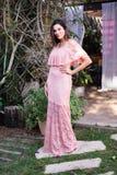 Красивая модель в розовом платье стоковое изображение rf