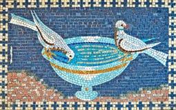 Красивая мозаика 2 голубей выпивая от шара Стоковое фото RF
