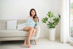 Красивая молодая азиатская женщина выпивая ее чай утра над brea Стоковое фото RF
