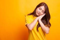 Красивая молодая азиатская женщина с жестом спать стоковые фотографии rf