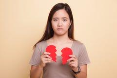 Красивая молодая азиатская женщина с разбитым сердцем Стоковые Фотографии RF