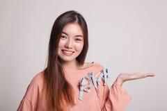 Красивая молодая азиатская рука ладони выставки женщины Стоковое фото RF