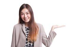 Красивая молодая азиатская рука ладони выставки женщины Стоковые Изображения RF