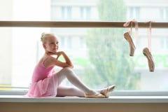 Красивая молодая балерина в классе балета Стоковая Фотография