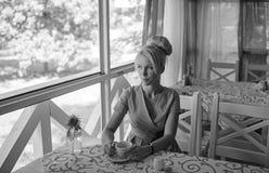 Красивая молодая белокурая женщина с чашкой чаю стоковое фото rf