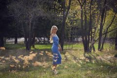 Красивая молодая белокурая прогулка женщины в парке стоковые фото