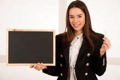 Красивая молодая бизнес-леди держа пустой изолят классн классного Стоковые Фото