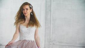 Красивая молодая взрослая девушка поворачивает в фиолетовое платье в замедленном движении сток-видео