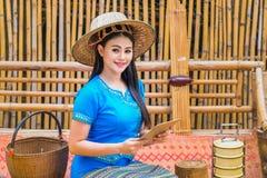 Красивая молодая дама в традиционном тайском платье с планшетом для того чтобы получить заказы клиента стоковая фотография rf