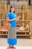 Красивая молодая дама в традиционном тайском платье с планшетом для того чтобы получить заказы клиента стоковые изображения