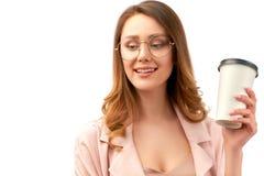 Красивая молодая дама дела держа бумажный стаканчик с напитком смотря прочь положительные эмоции и энергия стоковая фотография
