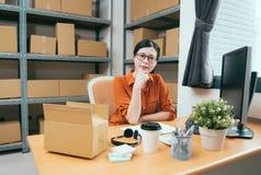 Красивая молодая дама как онлайн предприниматель покупок стоковое фото