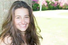 красивая молодая девушка подростка в парке сада зеленого цвета лета Стоковое Изображение