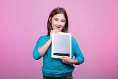 Красивая молодая девушка подростка с цифровой таблеткой в ее руках Стоковые Фотографии RF