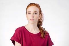 Красивая молодая девушка redhead с чистым новым лицом и нейтральные эмоции закрывают вверх Стоковая Фотография RF