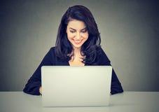 Красивая молодая женщина брюнет используя портативный компьютер Стоковое Фото