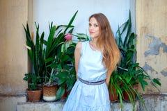 Красивая молодая женщина внешняя с цветками стоковые фотографии rf