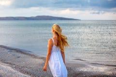 Красивая молодая женщина в белом платье морем в солнце стоковое фото rf