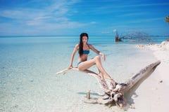 Красивая молодая женщина в бикини в океане Молодой привлекательный брюнет в голубом купальнике в открытом море стоковая фотография rf