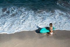 Красивая молодая женщина в бикини с доской прибоя на пляже тропического острова Стоковые Изображения