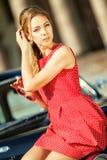 Красивая молодая женщина в винтажном платье с ретро автомобилем стоковые фотографии rf