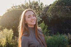 Красивая молодая женщина в заходе солнца назад освещает стоковые изображения rf