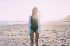 Красивая молодая женщина в купальнике на пляже Стоковое фото RF